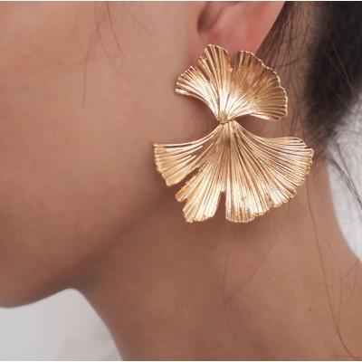 Kolczyki złote przy uchu...